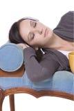Muchacha linda con estilo que duerme en el sofá Fotos de archivo libres de regalías