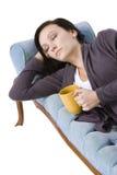 Muchacha linda con estilo que duerme en el sofá Imagenes de archivo