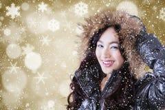 Muchacha linda con la chaqueta del invierno y el fondo del invierno Fotografía de archivo libre de regalías