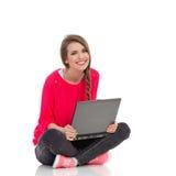 Muchacha linda con la computadora portátil Fotos de archivo