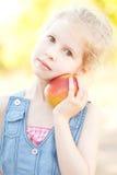 Muchacha linda con la manzana Foto de archivo