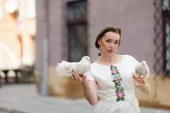 Muchacha linda con la paloma en la mano Foto de archivo