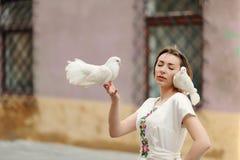 Muchacha linda con la paloma en la mano Foto de archivo libre de regalías