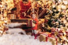 Muchacha linda con la regalo-acuarela Foto de archivo
