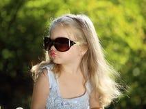 Muchacha linda con las gafas de sol al aire libre Fotos de archivo libres de regalías