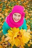 Muchacha linda con las hojas de otoño Imagenes de archivo