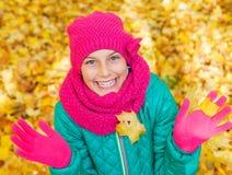 Muchacha linda con las hojas de otoño Foto de archivo libre de regalías