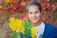 Muchacha linda con las hojas de otoño Imágenes de archivo libres de regalías