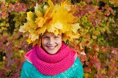 Muchacha linda con las hojas de otoño Fotos de archivo