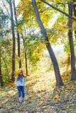 Muchacha linda con las hojas de otoño Fotografía de archivo libre de regalías