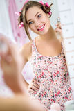Muchacha linda con perfume en cuarto de baño Imagen de archivo