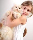 Muchacha linda con un gato imagen de archivo