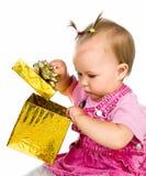 Muchacha linda con un regalo de Navidad Fotos de archivo