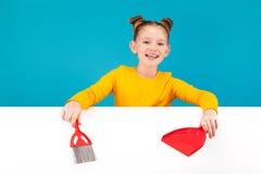 Muchacha linda con una cucharada y un cepillo rojos Foto de archivo libre de regalías