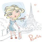 Muchacha linda con una maleta en el fondo de la torre Eiffel Fotografía de archivo libre de regalías