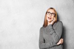 Muchacha linda contra la pared gris Fotografía de archivo libre de regalías