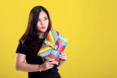 Muchacha linda de la moda que toma el pelo un bolso a estrenar Fotos de archivo libres de regalías