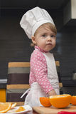 Muchacha linda de la sonrisa del retrato de Clouse-up pequeña en traje del cocinero Mother& x27; ayudante de s De 2 años Fotografía de archivo