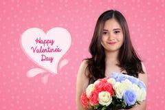 Muchacha linda de las tarjetas del día de San Valentín en diseño rosado del fondo Fotografía de archivo libre de regalías
