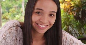 Muchacha linda de Latina que sonríe en la cámara Fotografía de archivo libre de regalías