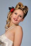 Muchacha linda de los años '50 con el peinado del rodillo de la victoria Imagenes de archivo