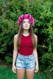 Muchacha linda del adolescente con una guirnalda hermosa en su cabeza Fotografía de archivo libre de regalías