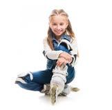 Muchacha linda del adolescente en sentarse de los rollerskates Imagen de archivo libre de regalías