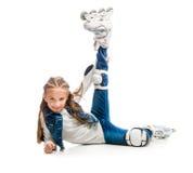 Muchacha linda del adolescente en sentarse de los rollerskates Fotografía de archivo libre de regalías