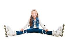 Muchacha linda del adolescente en sentarse de los rollerskates Foto de archivo