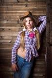 Muchacha linda del adolescente en un sombrero de vaquero Foto de archivo