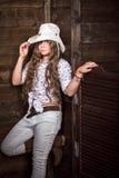 Muchacha linda del adolescente en un sombrero de vaquero Foto de archivo libre de regalías