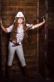 Muchacha linda del adolescente en un sombrero de vaquero Fotos de archivo libres de regalías