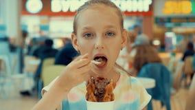 Muchacha linda del adolescente que come el helado en zona de restaurantes Adolescente de la chica joven que goza del postre del h almacen de video