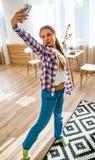 Muchacha linda del adolescente que hace el selfie en un smartphone Imagen de archivo libre de regalías
