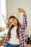Muchacha linda del adolescente que hace el selfie en un smartphone Fotos de archivo