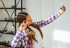 Muchacha linda del adolescente que hace el selfie en un smartphone Imagenes de archivo