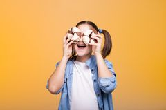 Muchacha linda del adolescente que juega con dos anillos de espuma en estudio Imagen de archivo