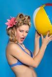 Muchacha linda del contacto-para arriba del estilo de los años '50 con la bola Foto de archivo libre de regalías