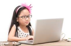Muchacha linda del estudiante con el ordenador portátil en la tabla Foto de archivo