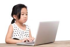 Muchacha linda del estudiante con el ordenador portátil en la tabla Fotos de archivo