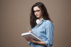 Muchacha linda del estudiante que toma notas Imagen de archivo
