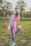 Muchacha linda del inconformista en el prado verde Imagen de archivo