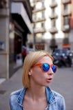 Muchacha linda del inconformista en gafas de sol del verano en hablar de la acción Imagenes de archivo