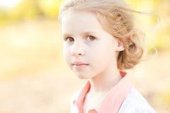 Muchacha linda del niño al aire libre Imagenes de archivo