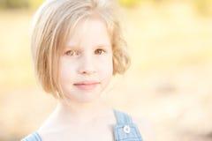 Muchacha linda del niño al aire libre Imágenes de archivo libres de regalías