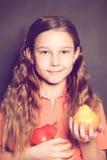 Muchacha linda del niño con la fruta de la pera Consumición sana Imagen de archivo libre de regalías