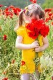 Muchacha linda del niño en campo de la amapola Imagen de archivo libre de regalías