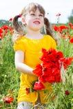 Muchacha linda del niño en campo de la amapola Foto de archivo libre de regalías