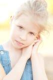 Muchacha linda del niño en fondo de la naturaleza Imagenes de archivo