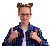 Muchacha linda del niño en la camisa a cuadros que muestra los pulgares para arriba Imagen de archivo